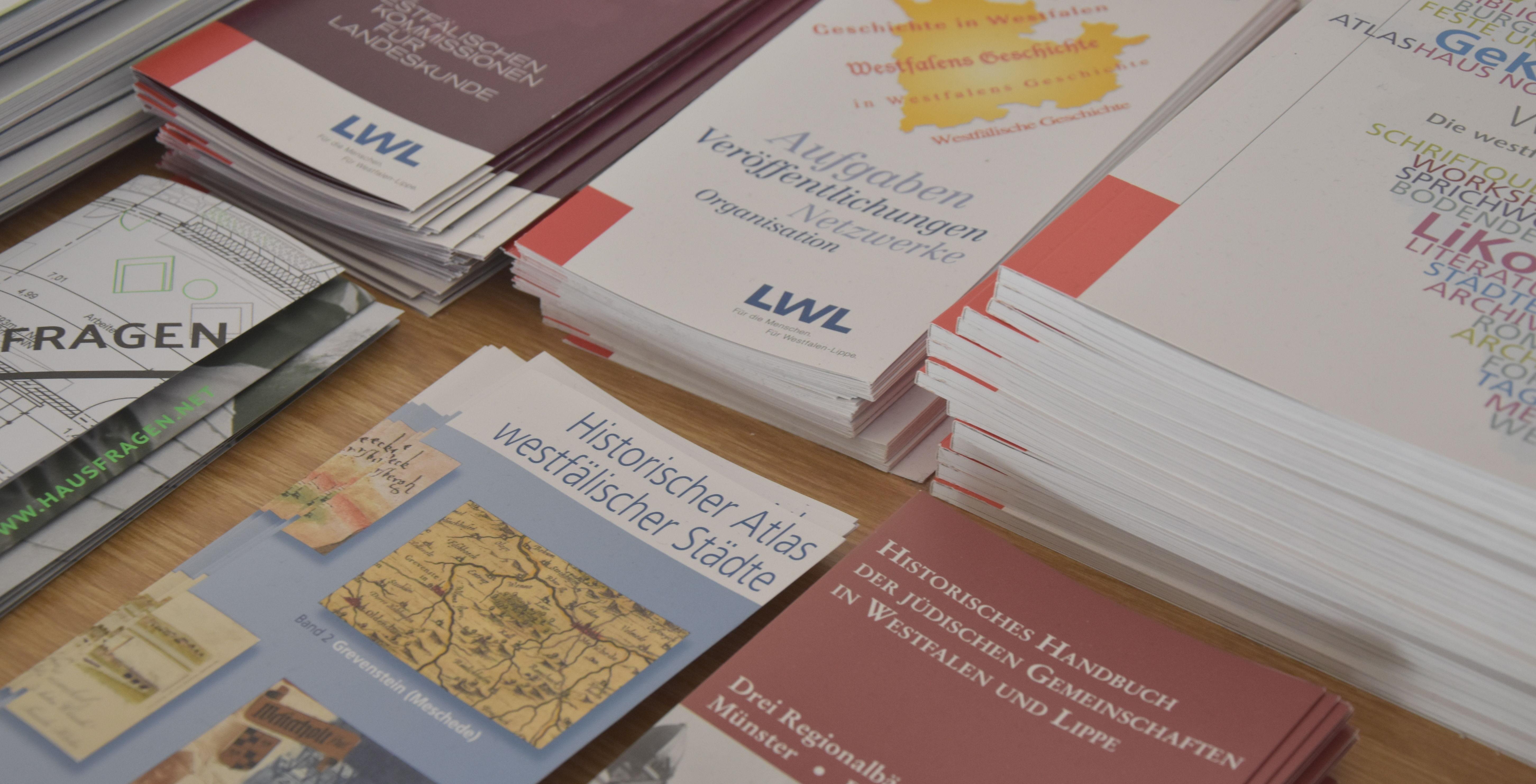 Flyer zu den Projekten der Historischen Kommission.