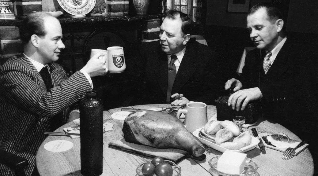 Der Pumpernickel als Erinnerungsort: Das Foto zeigt ein westfälisches Frühstück mit Schinken, Korn und Pumpernickel um 1950 in Soest. Foto: Lindemann/Archiv der Volkskundlichen Kommission für Westfalen
